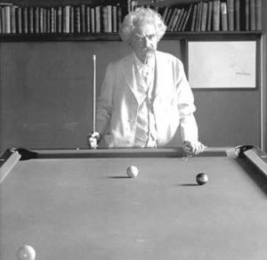Mark Twain, grande amico di Tesla, dietro un tavolo da biliardo