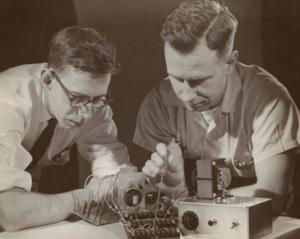 Rosenblatt lavora al percettrone al Cornell Aeronautical Laboratory (1957-1959)